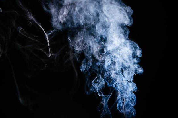 黒い背景に青い煙波 無料写真