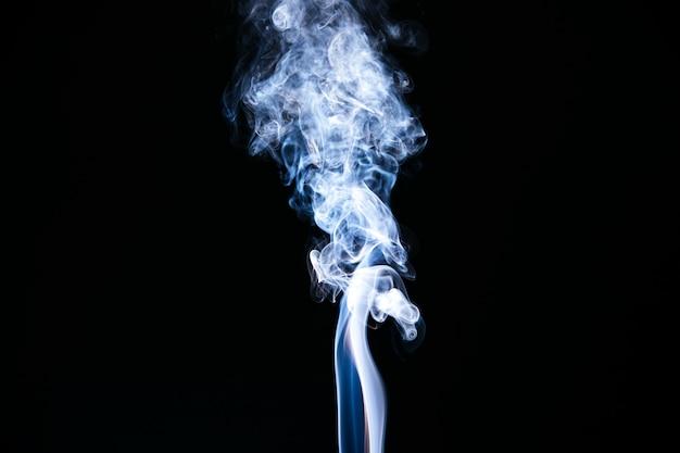 黒の背景に青い波状の煙 無料写真