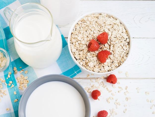 ミルクとラズベリーのオートミール 無料写真