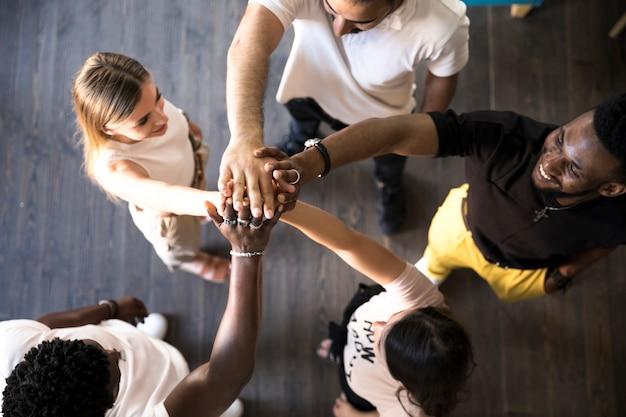 手を取り合って人々のグループ 無料写真