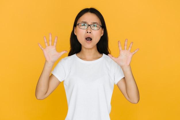 ショックを受けているメガネを持つ若い女 無料写真