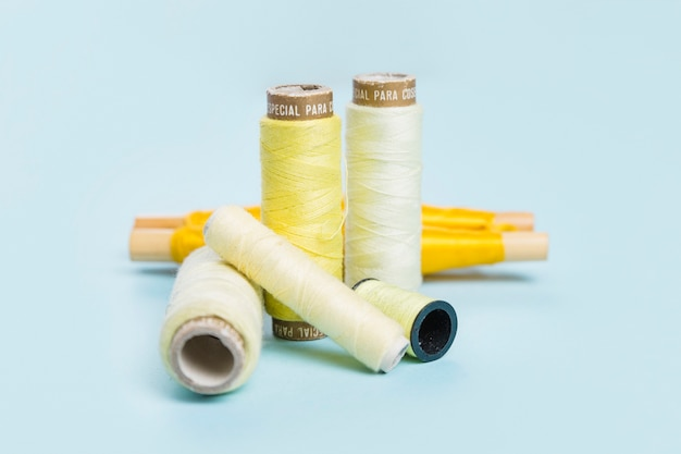 黄色い糸のグループ 無料写真