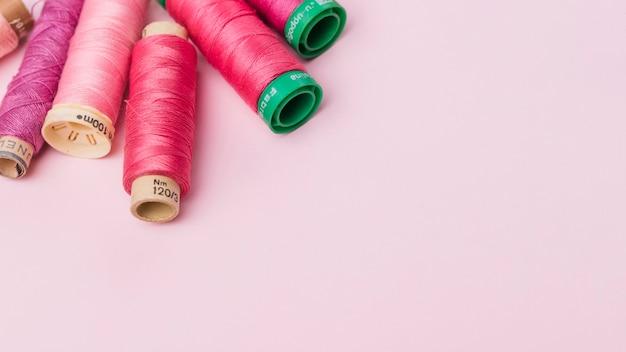 ピンク糸のリールのグループ 無料写真