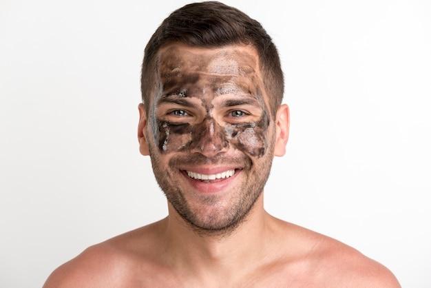 笑みを浮かべて若者の肖像画は顔に黒いマスクを適用し、カメラ目線 無料写真