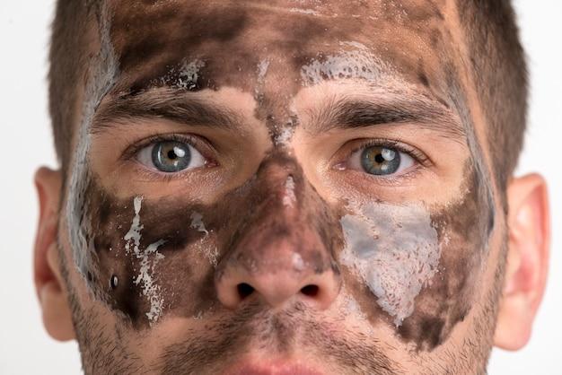 彼の顔に黒いマスクを持つ男のクローズアップ 無料写真