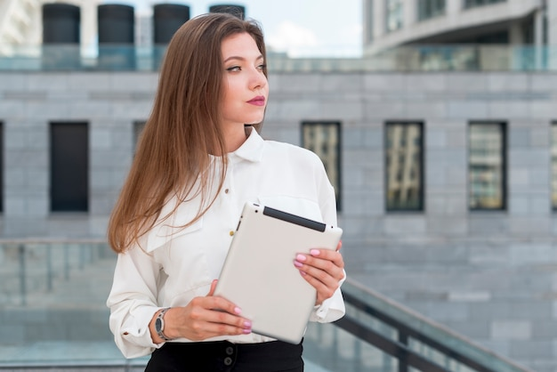 路上でタブレットを持つ女性実業家 無料写真