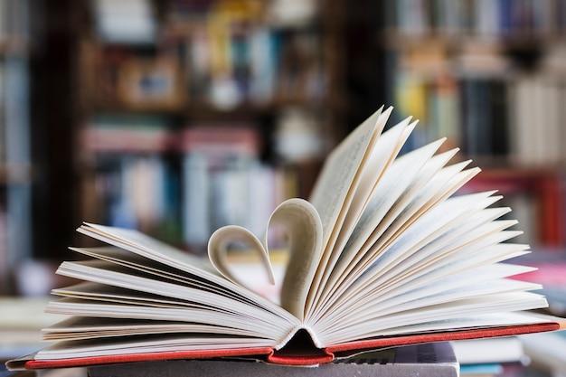 Книга с ее страницами, формирующимися как сердце Бесплатные Фотографии