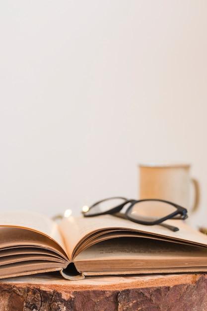 古い開いた本のメガネ 無料写真