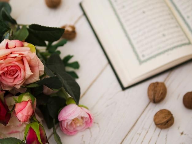 コーランの横にあるトップビューピンクのバラ 無料写真