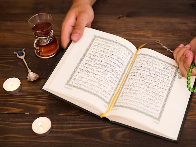コーランを押しながら祈って手を閉じる 無料写真