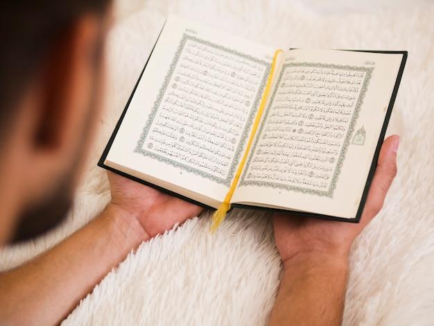 コーランから読んでいる人のクローズアップ 無料写真