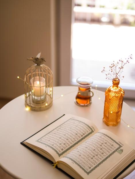 お祝いテーブルに開かれたコーランのトップビュー 無料写真