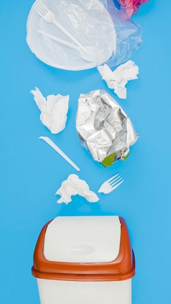 青色の背景にビンの近くの廃プラスチックゴミ 無料写真