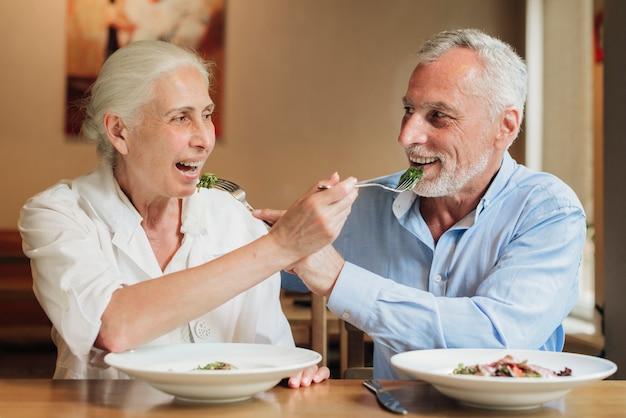 ミディアムショット老夫婦がお互いを供給 無料写真