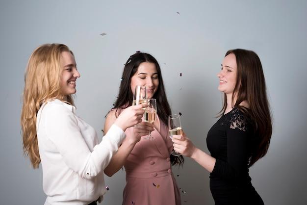シャンパンの素晴らしくトレンディな女性素晴らしく眼鏡 無料写真