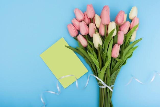 グリーンカードとチューリップの花束 無料写真