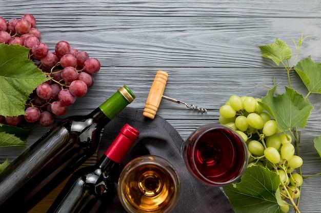 ブドウの房とトップビューワイン 無料写真