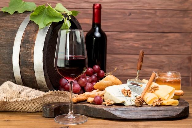ワインとタパの横にある木製の樽 無料写真