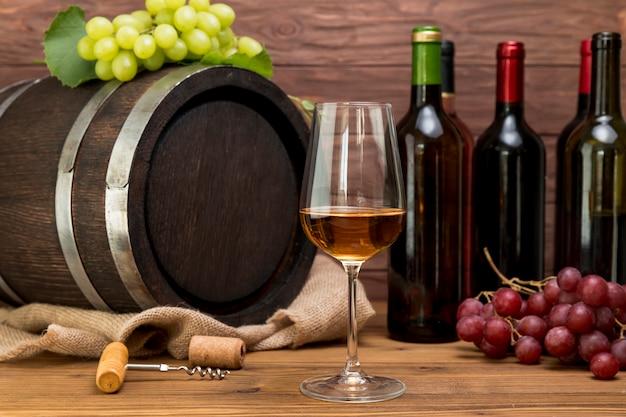 Деревянная бочка с бутылками и бокалами вина Бесплатные Фотографии