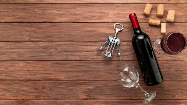 木製の背景にワインの瓶 無料写真