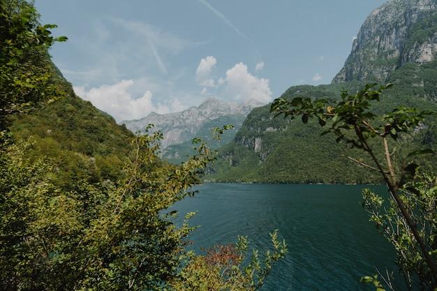 山に囲まれた湖の風景 無料写真