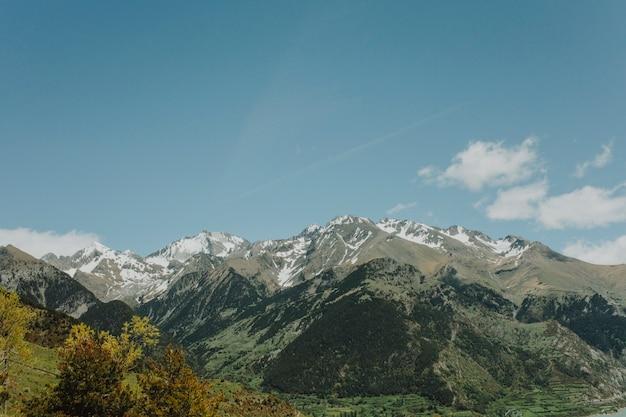 山の日当たりの良い風景 無料写真