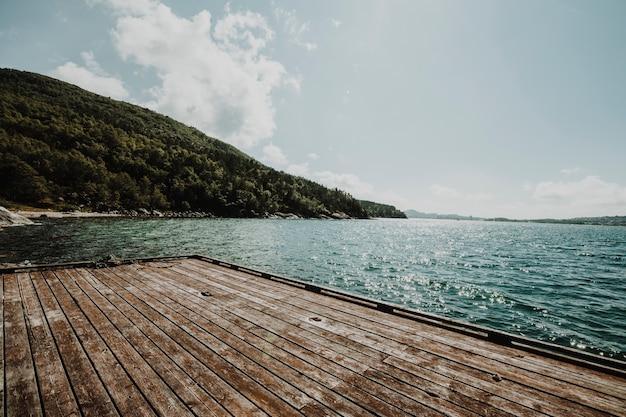 桟橋で湖の風景 無料写真