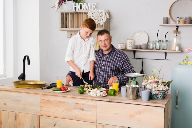 父と息子が一緒に料理をする 無料写真