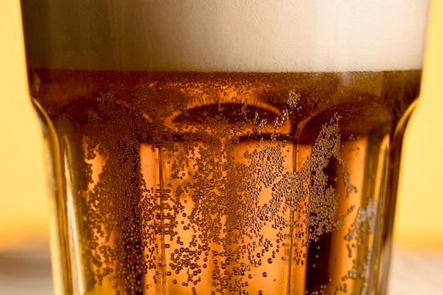 金色の泡と冷たいビールのグラス 無料写真