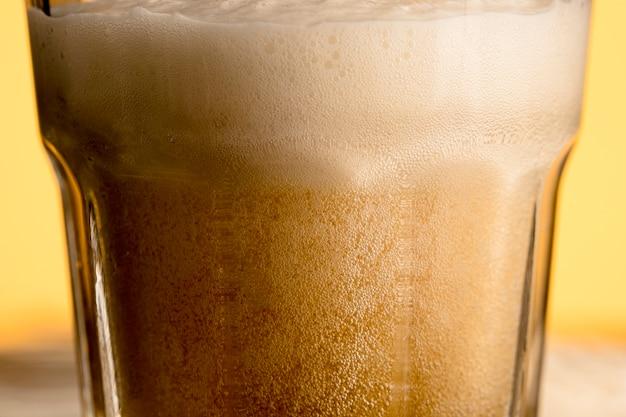 新鮮な陽気なビールのグラス 無料写真