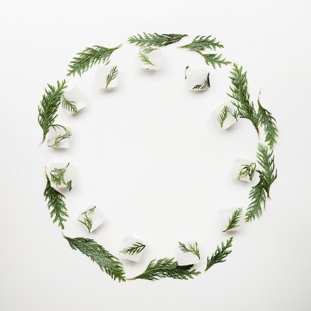アイスキューブと円の形の木の針 無料写真