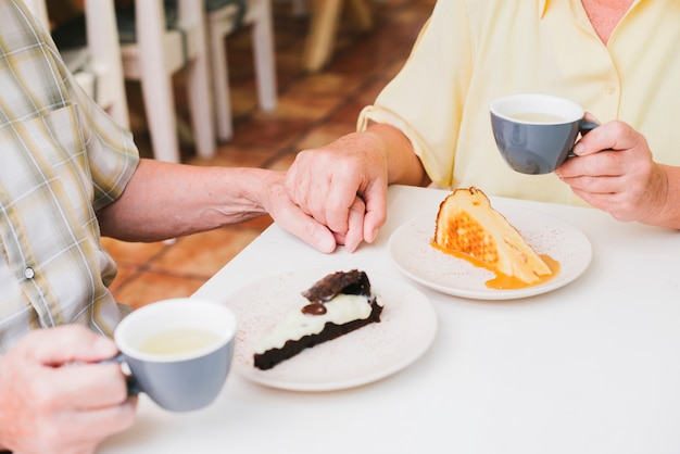 手を繋いでいる高齢者夫婦 無料写真
