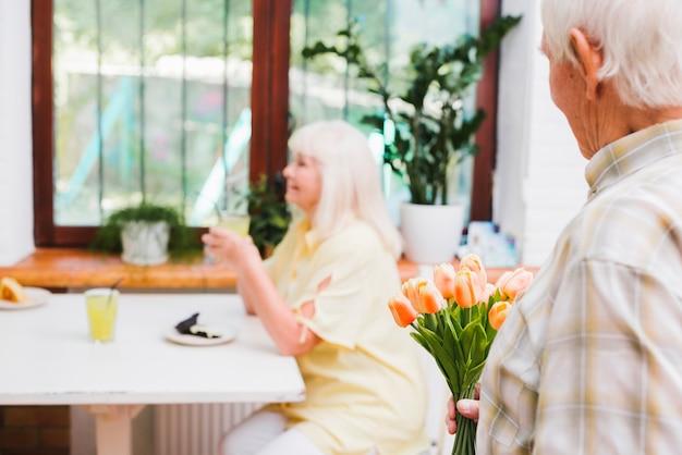 老人は愛する花をあげるつもり 無料写真