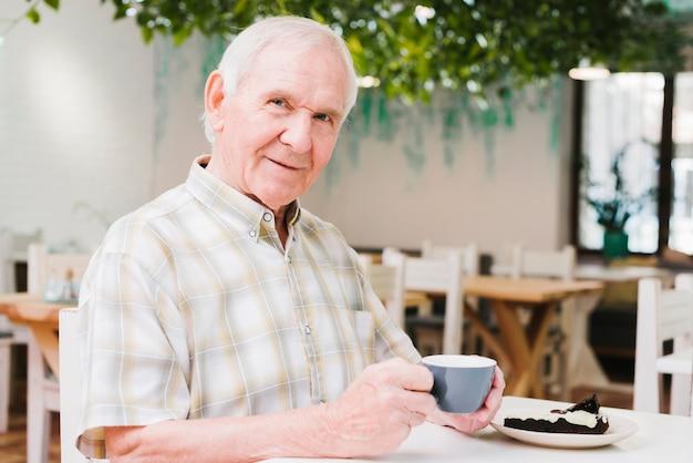 お茶を飲むとカメラ目線の老人 無料写真