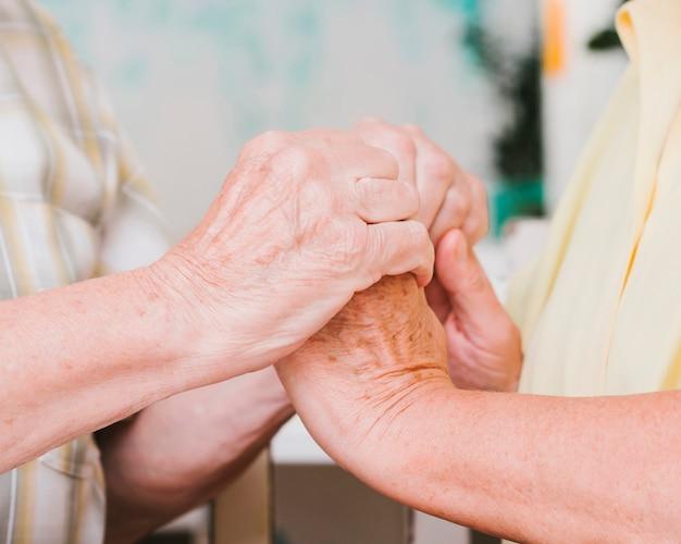 Урожай зрелая пара, держась за руки Бесплатные Фотографии