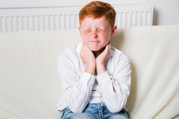 喉の痛みを経験しているミディアムショットの子供 無料写真