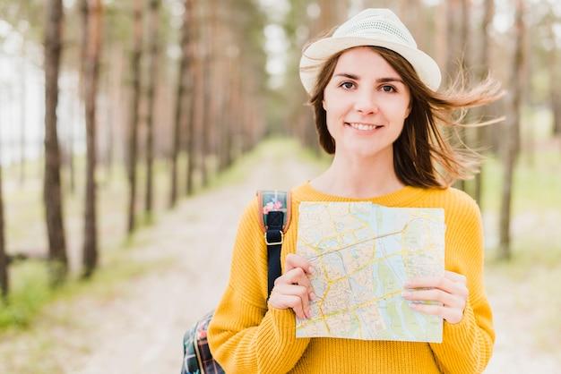 Средний снимок одиночного путешественника с картой Бесплатные Фотографии