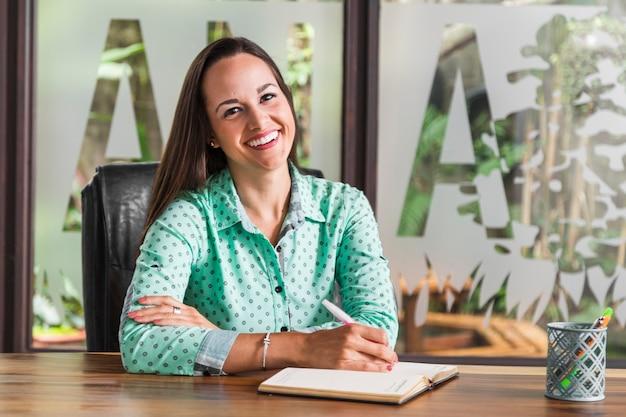 彼女の椅子に座っている女性実業家 無料写真