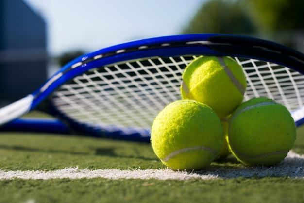 ボールの上のクローズアップのテニスロケット 無料写真