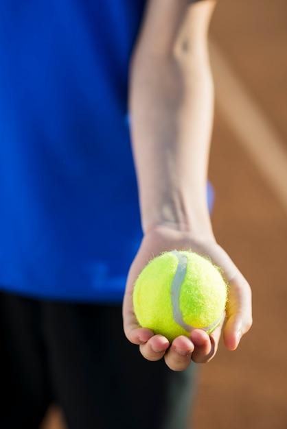 クローズアップテニスボールを手に開催 無料写真