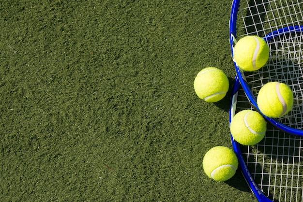 ラケットとトップビューテニスボール 無料写真