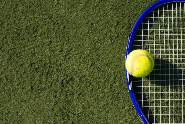 トップビューのテニスボールとラケット、コピースペース 無料写真