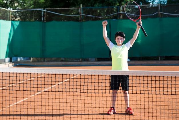 テニスゲームの勝利を祝う子供 無料写真