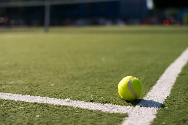 地面にクローズアップのテニスボール 無料写真