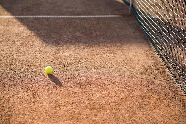地面にハイアングルテニスボール 無料写真