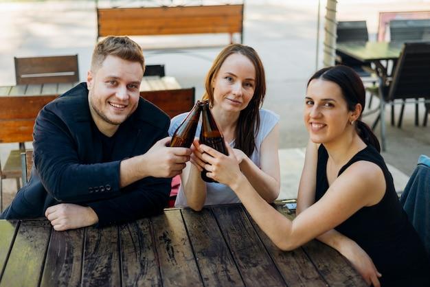 友達がアルコールを飲みながら一緒に時間を過ごす 無料写真