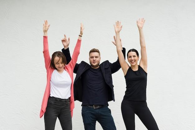 幸せな人々が手を上げる 無料写真