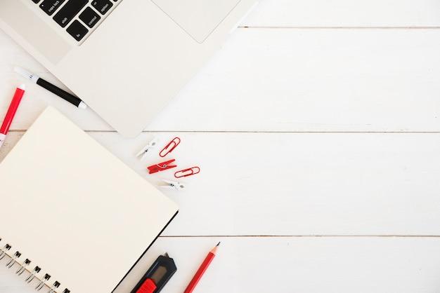 Плоская планировка рабочей зоны с ноутбуком Бесплатные Фотографии