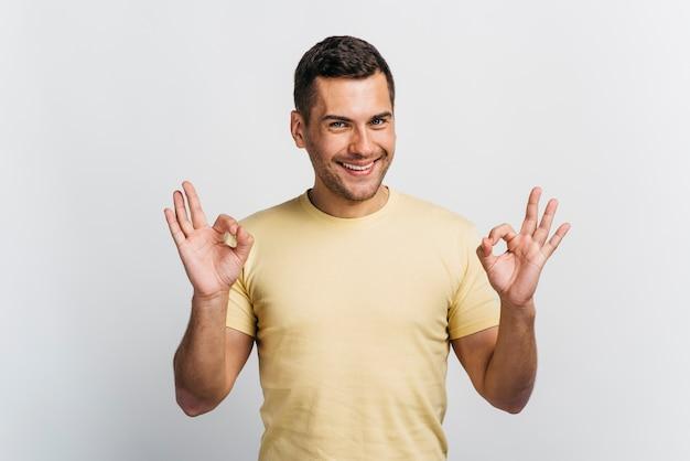Счастливый человек показывает знак ок Бесплатные Фотографии