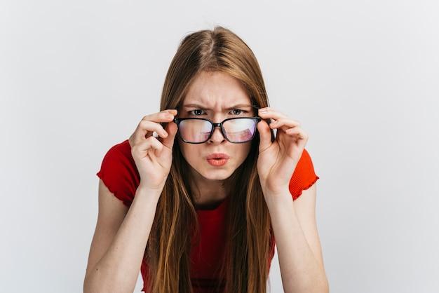 眼鏡を見つめて好奇心が強い女性 無料写真